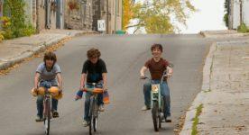 Image extraite du film Vivre à 100 milles à l'heure - Trois jeunes descendent une côte à vélo