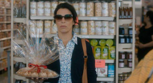 Claudia Ferri porte un plateau de pâtisseries libanaises - Images extraite du film dans La face cachée du baklava