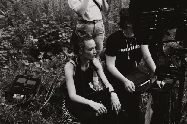 Falcon Lake de Charlotte Le Bon - Photo de tournage : la réalisatrice est derrière l'écran de contrôle