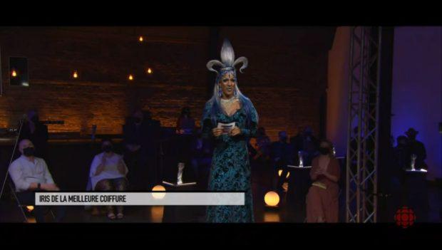 Gala Artisans 2021 - la drag queen Barbada remet l'Iris de la Meilleure coiffure