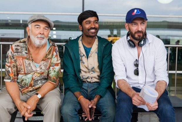 Jugnot, Dhanush, Ken ScoGérard Jugnot (g.), Dhanush (c.) et Ken Scott sur le tournage de L'extraordinaire voyage du fakir (source Christal Films Productions)tt - tournage de L'extraordinaire voyage du fakir