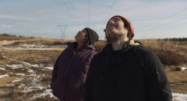 Image extraite du film Kuessipan on y voit Sharon Fontaine Ishpatao et Étienne Galloy regardant le ciel (Copyright Max Films Média)