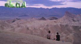 Image du film LA Tea Time de Sophie Bédard Marcotte (dans le désert, deux femmes montrées de dos contemplent un mirage qui surgit à l'horizon))