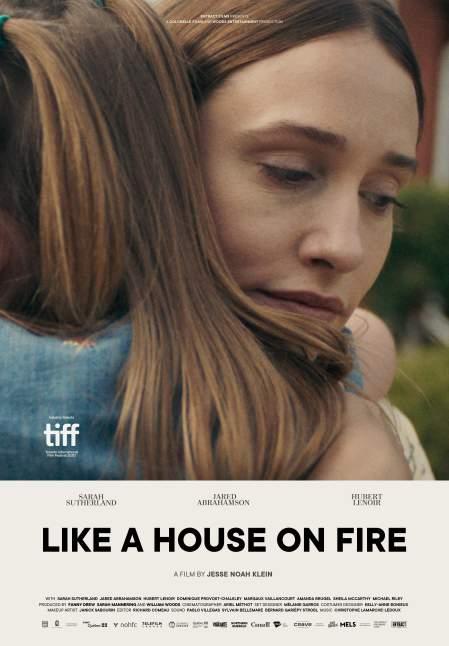 Like a House on Fire (Comme une maison en feu) - Affiche du film de Jesse Noah Klein (Entract Films) - gros plan sur le visage d'une jeune femme qui serre une fillette dans ses bras.