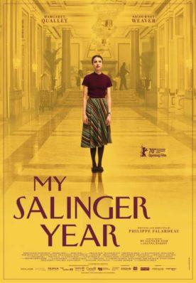 Affiche du film My Salinger Year - l'actrice se tient debout, seule, dans le hall d'un luxueux hôtel, sur un fond jaune