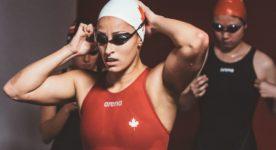 """Photo de la nageuse Katerine Savard ajustant ses lunettes de natation dans le film """"Nadia, Butterfly"""" de Pascal Plante"""