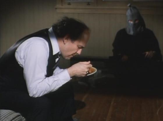 Serge Houde en train de manger un plat de spaghettis dans Octobre de Pierre Falardeau