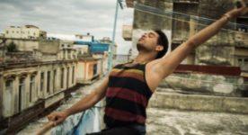 """Image de Yonah Acosta Gonzalez dans """"Sin La Habana"""" (le jeune homme est sur un toit de Cuba en train de danser)"""