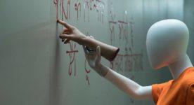 Le mannequin de Slaxx écrit sur le mur en lettres de sang
