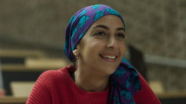 Visage souriant de la jeune actrice Nour Belkhiria dans le film Une révision de Catherine Therrien