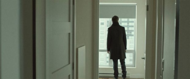 Sébastien Ricard dans L'acrobate de Rodrigue Jean (de dos face à une fenêtre)