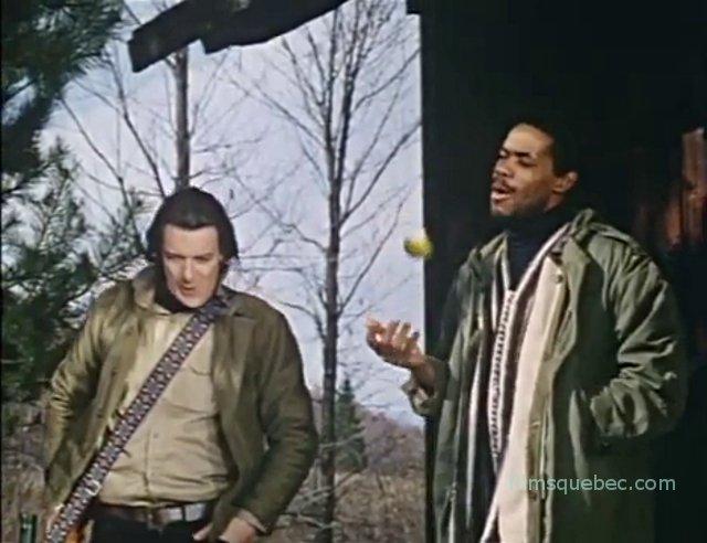 Leon Morenzie (Jarvis), Derek Lamb (Troubadour) dans Ever After All de Barrie McLean (les deux hommes intimidant, menacent les hôtes de la cabane)