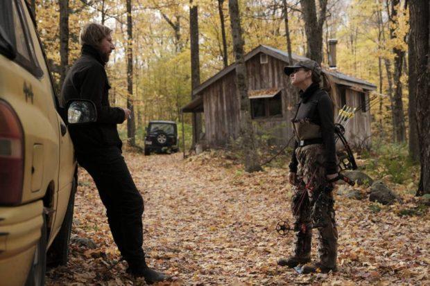 Image des comédiens Emmanuel Schwartz et Sarah-Jeanne Labrosse dans une forêt en automne