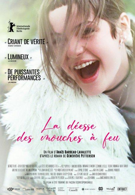 Affiche du film La déesse des mouches à feu (en gros plan, on voit une une jeune fille en manteau de fourrure blanche qui rit aux éclats)