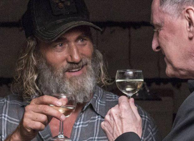 Roy Dupuis et Yves Jacques dans Les fleurs oubliées d'André Forcier (en gros plan, les deux hommes trinquent avec un verre d'hydromel à la main)