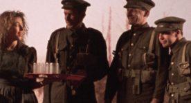 """Image extraite du film """"La guerre oubliée"""" de Richard Boutet (trois soldats parlent avec une serveuse, plateau à la main)"""