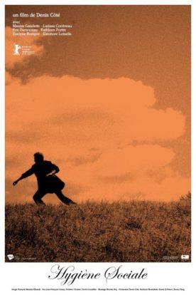 Affiche du film Hygiène sociale (sur fond sépia, un homme seul photographié de loin dans unee posture qui ressemble à la fuite)
