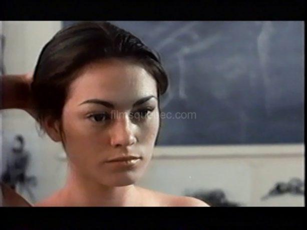 """Lucie Laurier dans le film """"J'aime J'aime pas"""" de Sylvie Groulx (la comédienne regarde fixement devant elle en se tenant les cheveux)"""