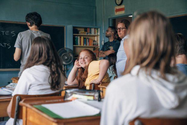 Alexane Jamieson sur le tournage de Jeune Juliette (la jeune fille est dans une salle de classe et regarde la caméra en souriant)