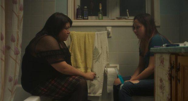 Kuessipan de Myriam Verrault : Sharon Fontaine-Ishpatao, Yamie Grégoire (les deux jeunes filles sont dans la salle de bain et se dévisagent.
