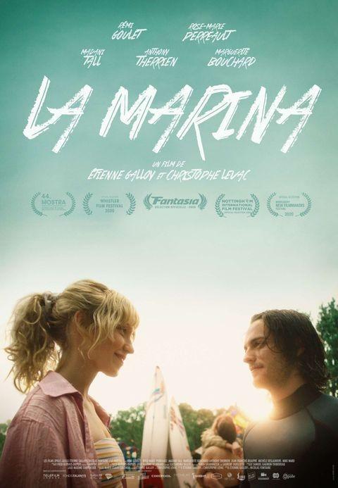 Affiche du film La Marina de Christophe Levac et Étienne Galloy - On y voit les deux comédiens principaux se faire un beau sourire avec le soleil couchant en arrière plan.
