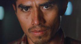 Photo du visage trempé de pluie du comédien Jorge Antonio Guerrero dans Les oiseaux ivres d'Ivan Grbovic