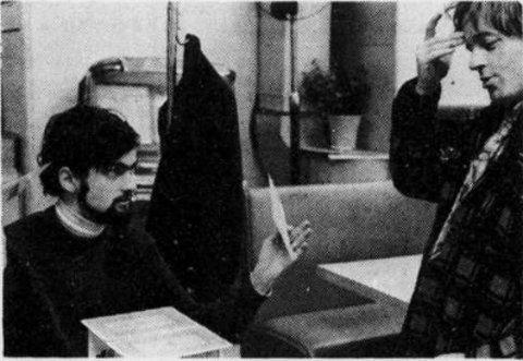 André Théberge dirige Alain Gélinas pour une scène du film Question de vie (archives presse)