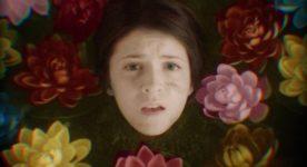 Léa Roy dans Speak Love d'Emmanuel Tardif (la jeune femme est entourée de nénuphars de couleur)