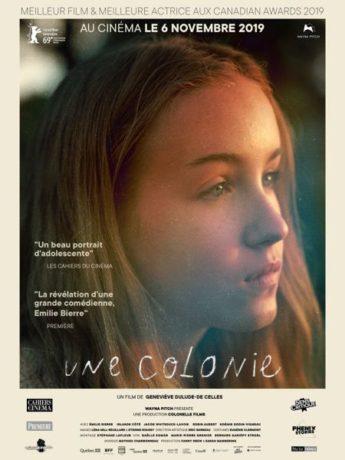 Affiche française du film Une colonie de Geneviève Dulude-De Celles (Dist. : Wayna Pitch) - Il s'agit de l'affiche québécoise retourchée avec l'insertion de deux citations et d'une bande de logos modifiée.