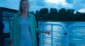 """Image extraite du film """"Une manière de vivre"""" de Micheline Lanctôt - Une femme est sur un bateau, face à la caméra."""