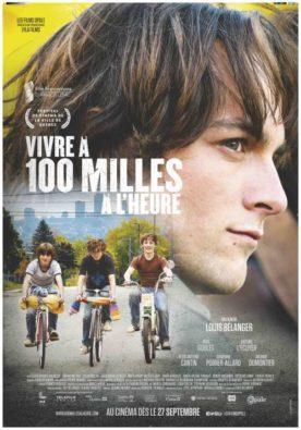 Affiche du film Vivre à 100 milles à l'heure de Louis Bélanger (trois jeunes sur des vélos se trouvent sous le visage du comédien principal, en gros plan de profil)